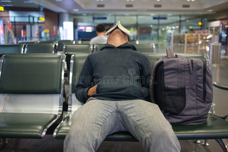 Esperar un vuelo nocturno en aeropuerto fotos de archivo