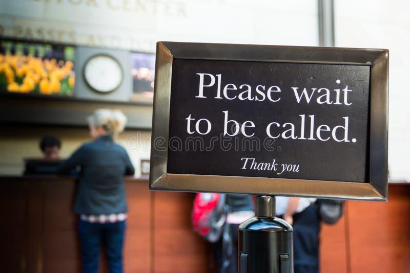 Espere por favor para ser linha do cuidado do sinal chamado agradecem-lhe fotos de stock
