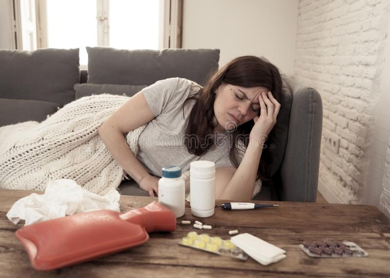Esperienza Coronavirus preoccupata per l'isolamento di una donna malata fotografie stock