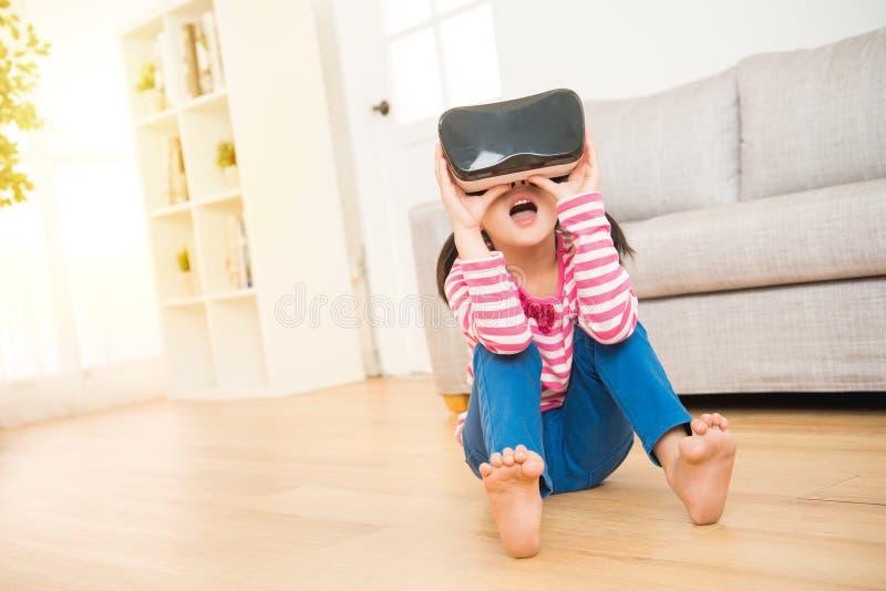 Esperienza della bambina che guarda in vetri di VR immagine stock