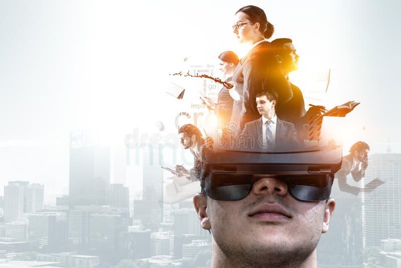 Esperienza di realt? virtuale Tecnologie del futuro Media misti fotografia stock libera da diritti
