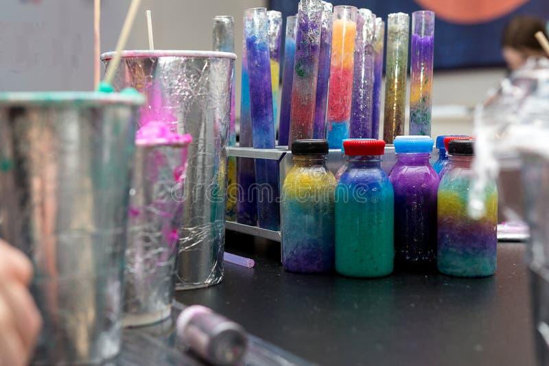 Esperimenti del prodotto chimico del ` s dei bambini fotografia stock