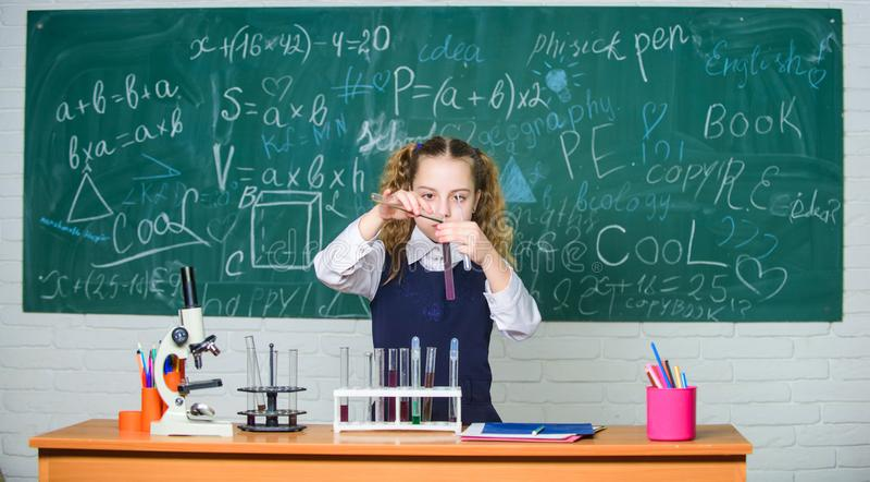 Esperimento astuto della scuola di comportamento dello studente della ragazza Liquidi chimici di studio dell'allievo della scuola fotografia stock libera da diritti
