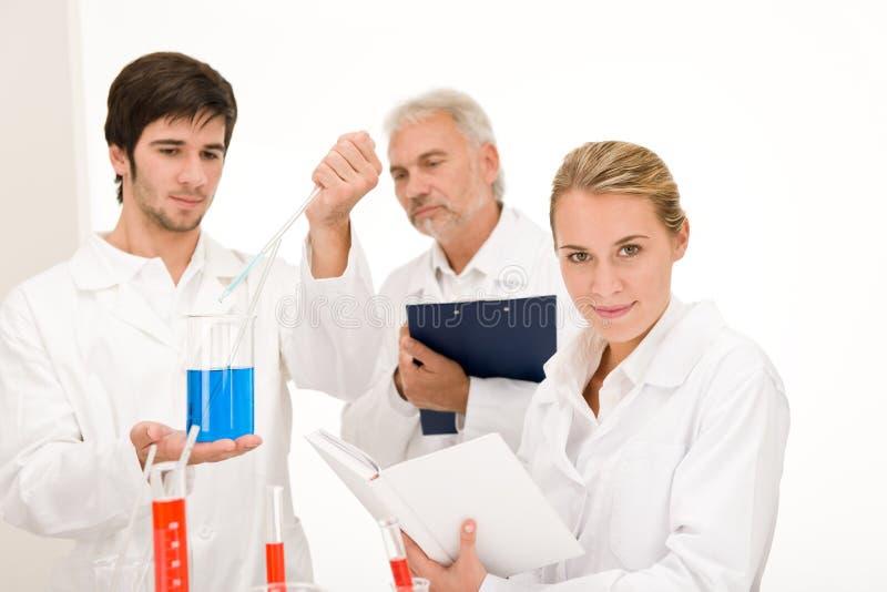 Esperimento Di Chimica - Scienziati In Laboratorio Immagini Stock