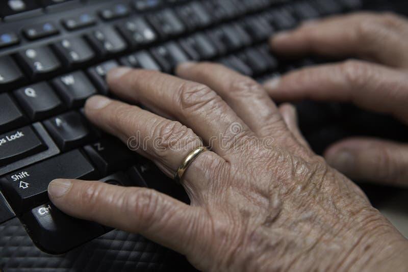 Esperti che scrivono sulla fine della tastiera su fotografia stock