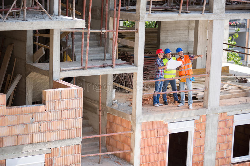 Esperti nella costruzione sul disco della costruzione di edifici circa futur fotografie stock libere da diritti