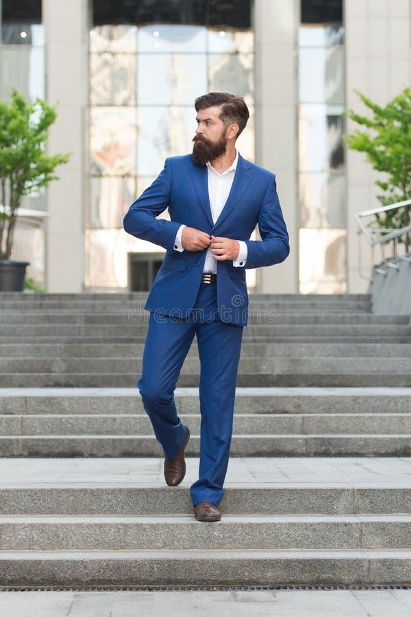 Esperto in affari ceo bello dell'uomo nel vestito di modo Vita moderna imprenditore motivato modo maschio convenzionale classico fotografia stock