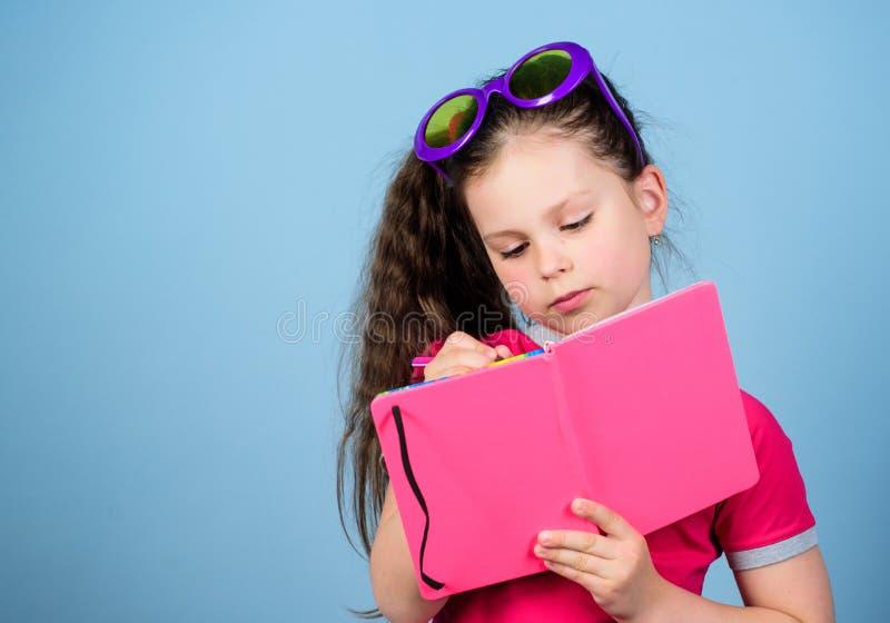 Esperto e ador?vel Copie o espa?o Livro de leitura Forma do ver?o menina pequena da beleza para escrever suas mem?rias menina fel imagens de stock royalty free