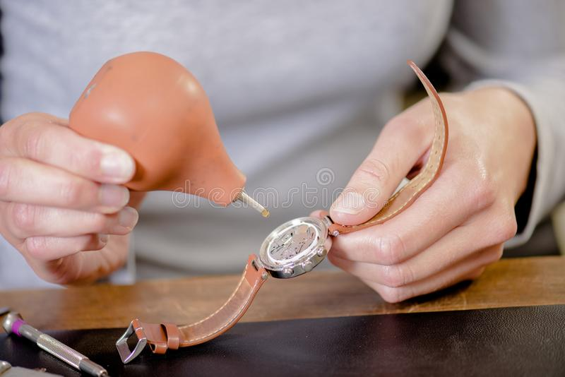 Esperto femminile in riparazione dell'orologio fotografie stock