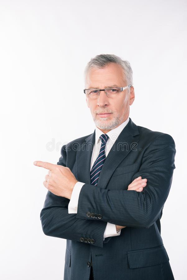 Esperto professionale intelligente e affidabile con barba grigia e occhiali da sole fotografia stock