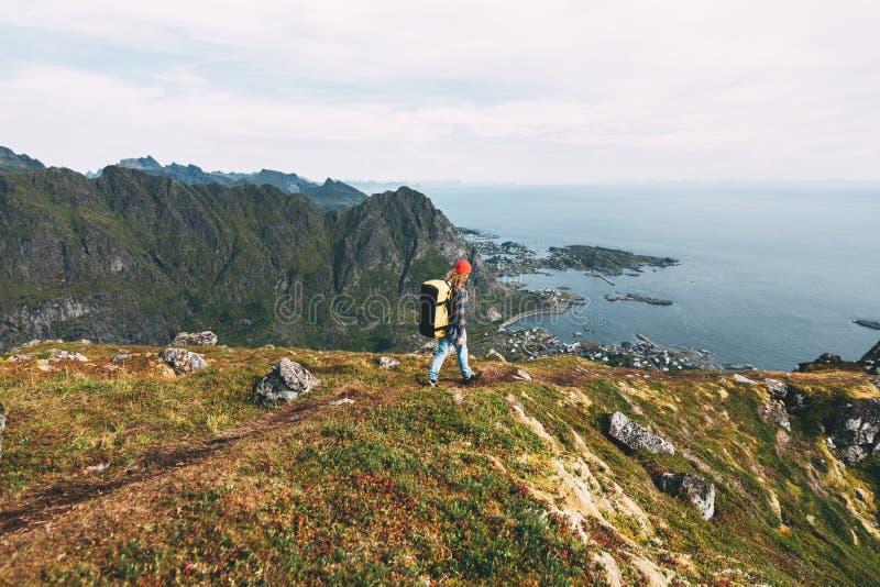 Esperto professionale in piedi sulla roccia della scogliera e che guarda lontano Wanderlust fotografia stock