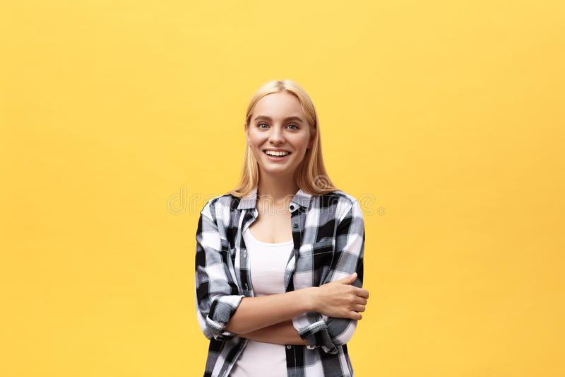 Esperto sicuro in affari Bella giovane donna nell'abbigliamento casual astuto che tiene armi condizione attraversata e sorridente fotografie stock