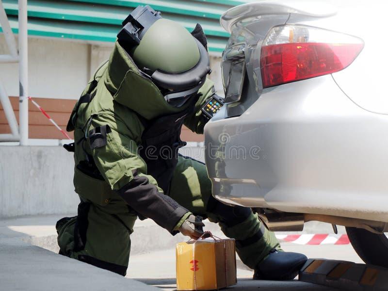 Esperto in smaltimento di bombe nel vestito della bomba immagine stock