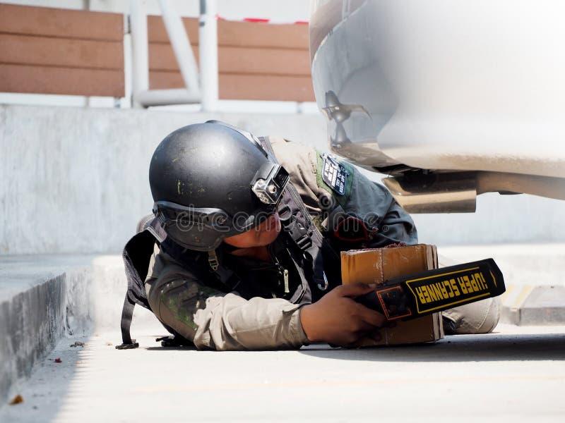 Esperto in smaltimento di bombe nel vestito della bomba immagini stock