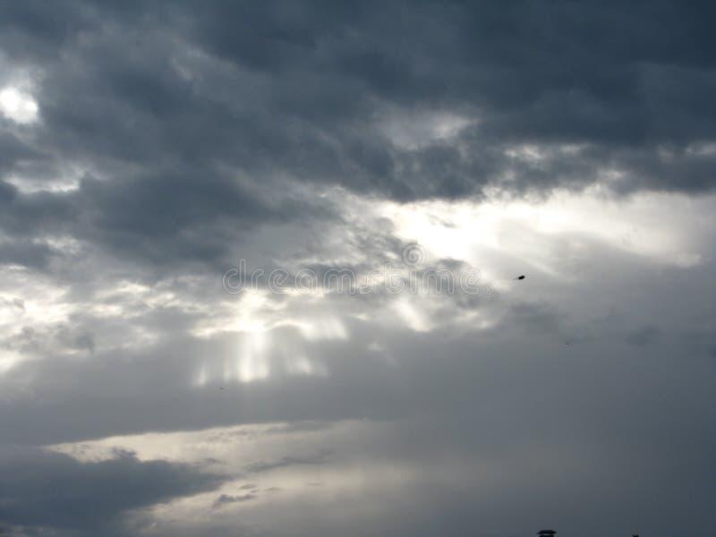 Espese el ¾ бД ака de la lluvia Ð y el sol entre ellos imágenes de archivo libres de regalías
