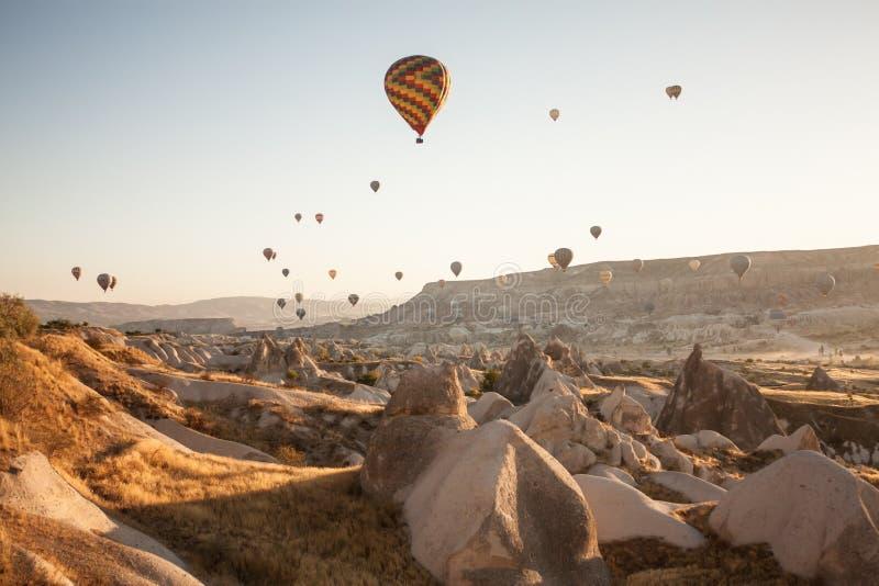 Espetáculo do turista do balão do amanhecer em Cappadocia, Turquia fotografia de stock royalty free
