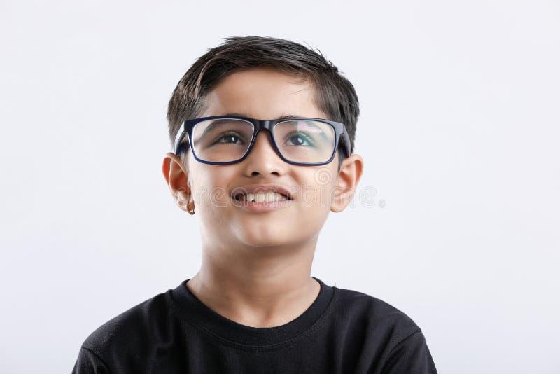 Espetáculos vestindo da criança indiana e vista seriamente fotografia de stock royalty free
