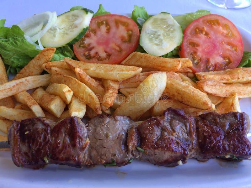Espetada portugais avec les frites et la salade image stock