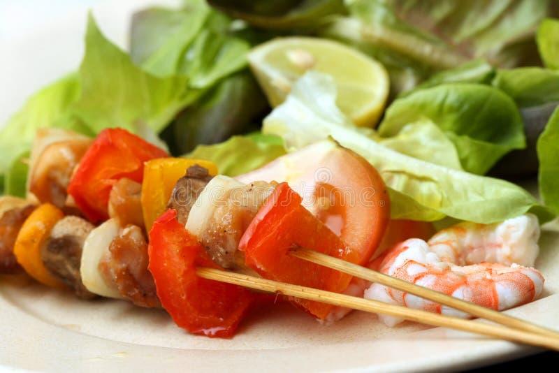 Espeto da carne com vegetais imagens de stock
