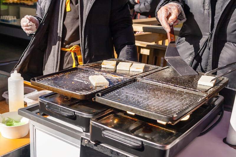 Espeto grelhado do queijo, alimento da rua na vila de Jeonju Hanok fotografia de stock