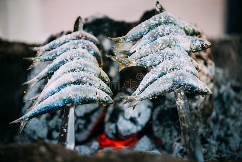 Espetos - brochette avec des sardines dans un feu Cuisine espagnole photo libre de droits