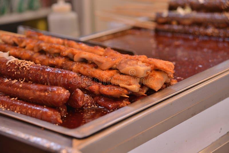 Espetos coreanos da vara da galinha da salsicha do estilo imagens de stock
