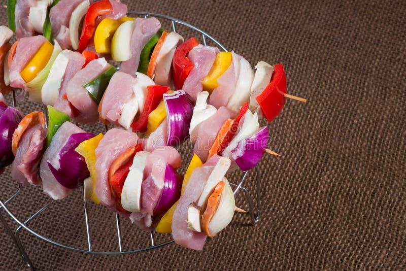 Download Espetos Crus Da Carne De Porco Prontos Para Grelhar Foto de Stock - Imagem de para, cebola: 65576490