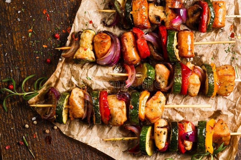 Espetos da carne e de vegetais grelhados foto de stock royalty free