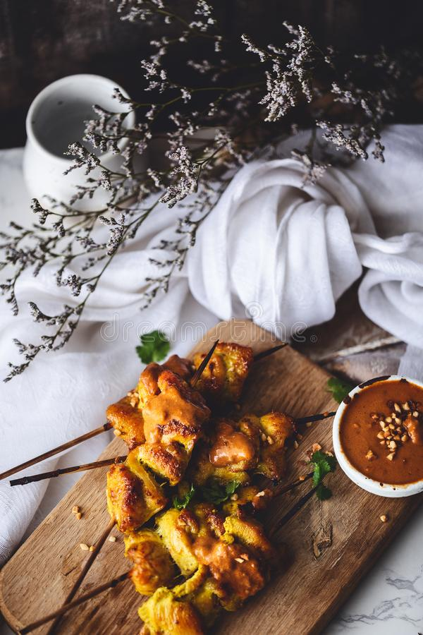 Espetos de Satay da galinha com molho dos amendoins para o assado do verão imagens de stock