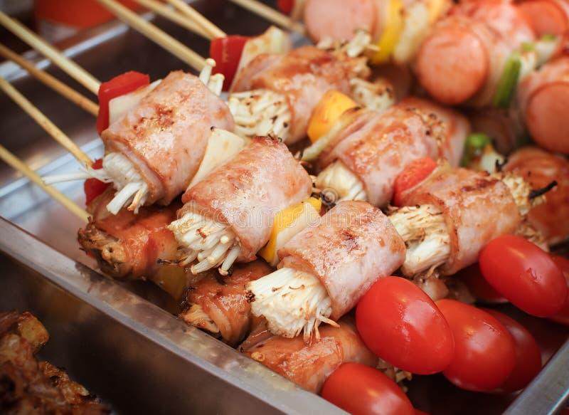 espetos do ฺBarbecue com salsicha e cogumelos fotografia de stock royalty free