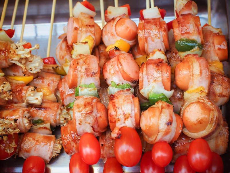 espetos do ฺBarbecue com salsicha e cogumelos fotos de stock