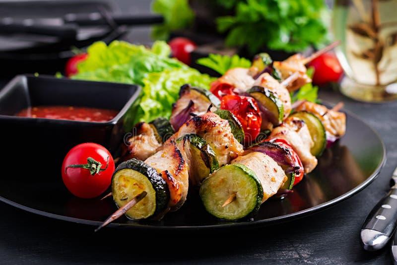 Espetos grelhados da carne, no espeto da galinha com abobrinha, tomates e cebolas vermelhas imagens de stock
