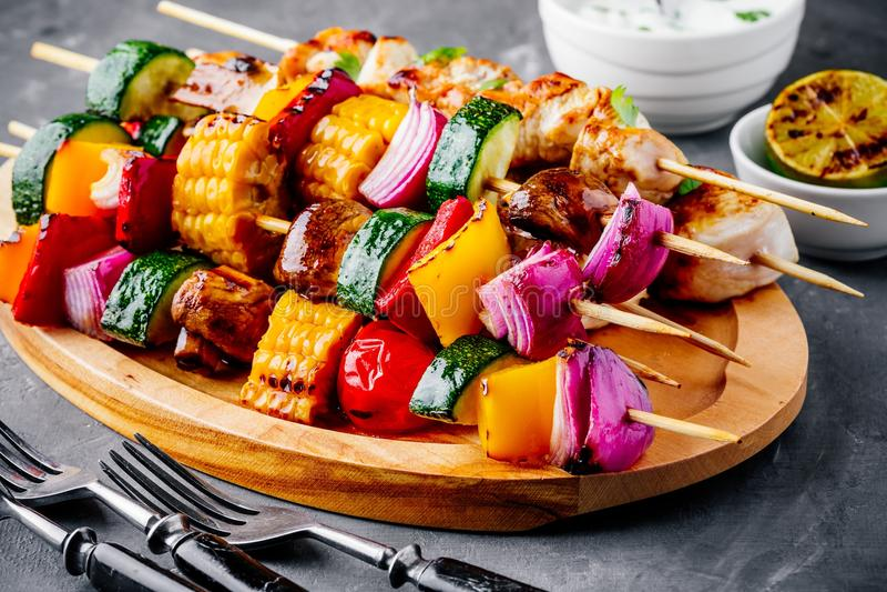 Espetos grelhados do vegetal e da galinha com milho doce, paprika, abobrinha, cebola, tomate e cogumelo fotografia de stock