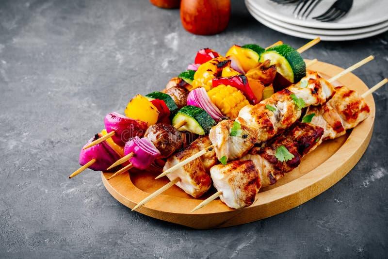 Espetos grelhados do vegetal e da galinha com milho doce, paprika, abobrinha, cebola, tomate e cogumelo foto de stock