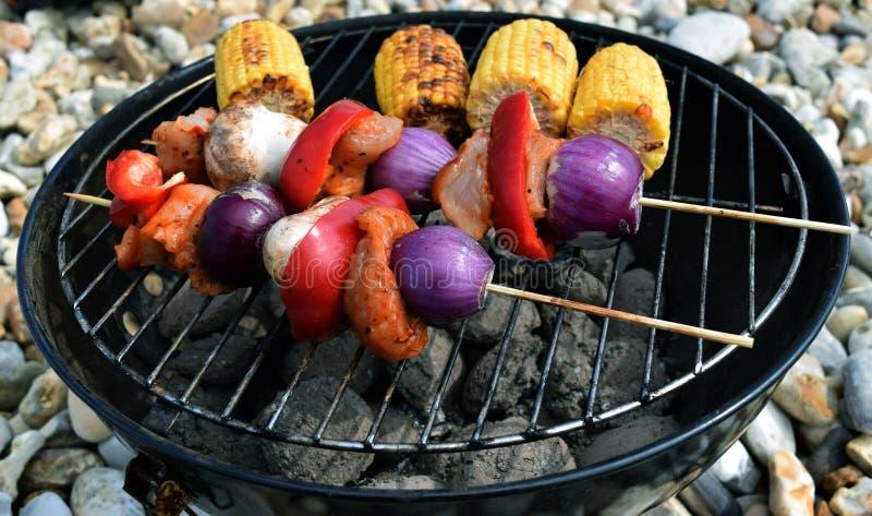 Espetos Meaty do BBQ com cebolas roxas pimenta vermelha e milho fotos de stock royalty free