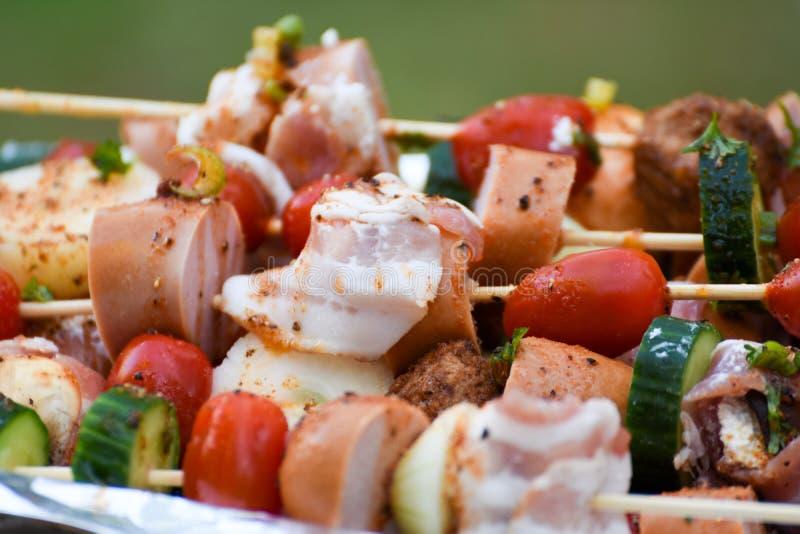 Espetos, vegetais e carne com marinada imagens de stock royalty free