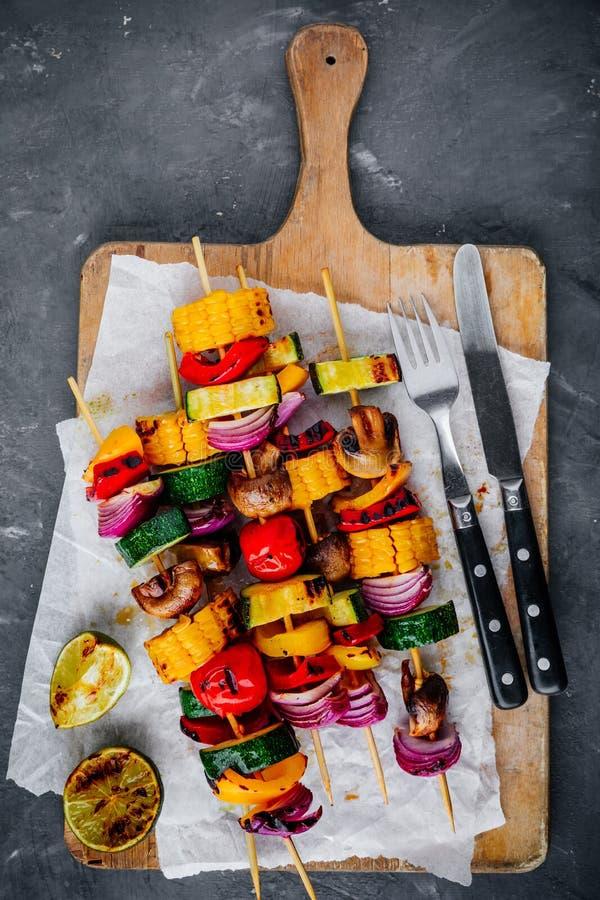 Espetos vegetais grelhados com milho doce, paprika, abobrinha, cebola, tomate e cogumelo imagens de stock