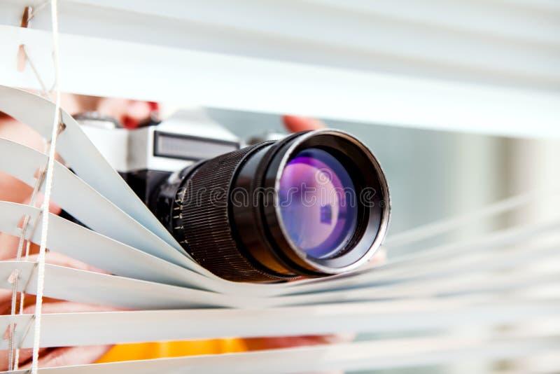 Espião com uma câmera fotos de stock