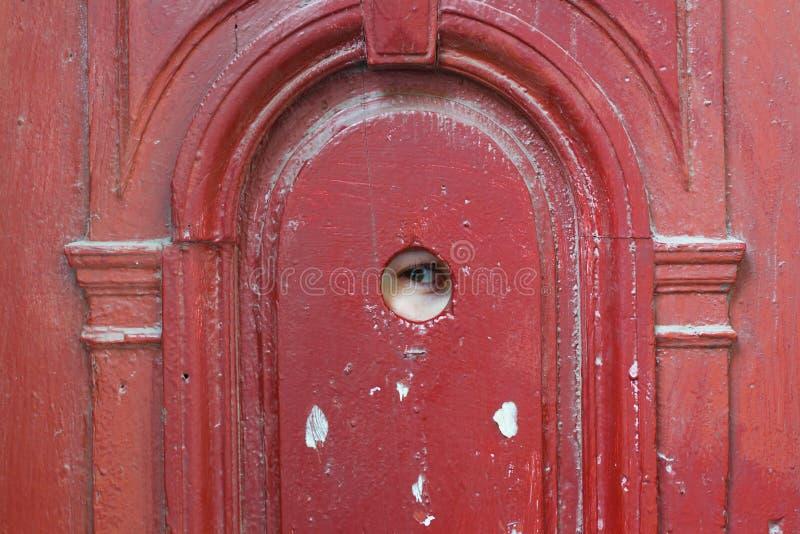 Espião do olho através do furo de vista foto de stock