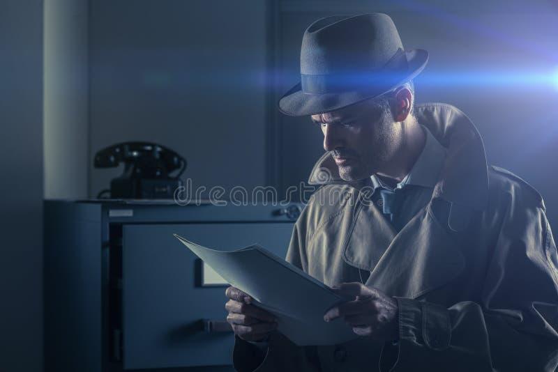 Espião secreto que rouba arquivos imagens de stock