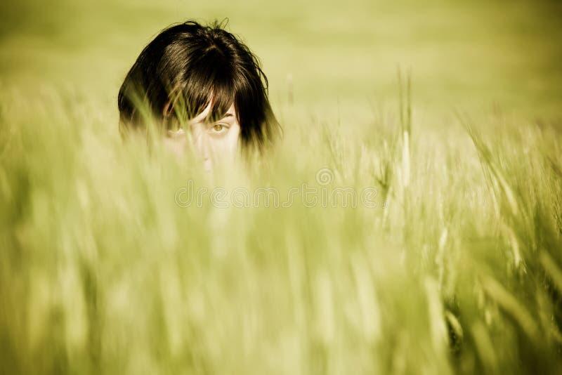 Espiar dos olhos da mulher imagens de stock royalty free