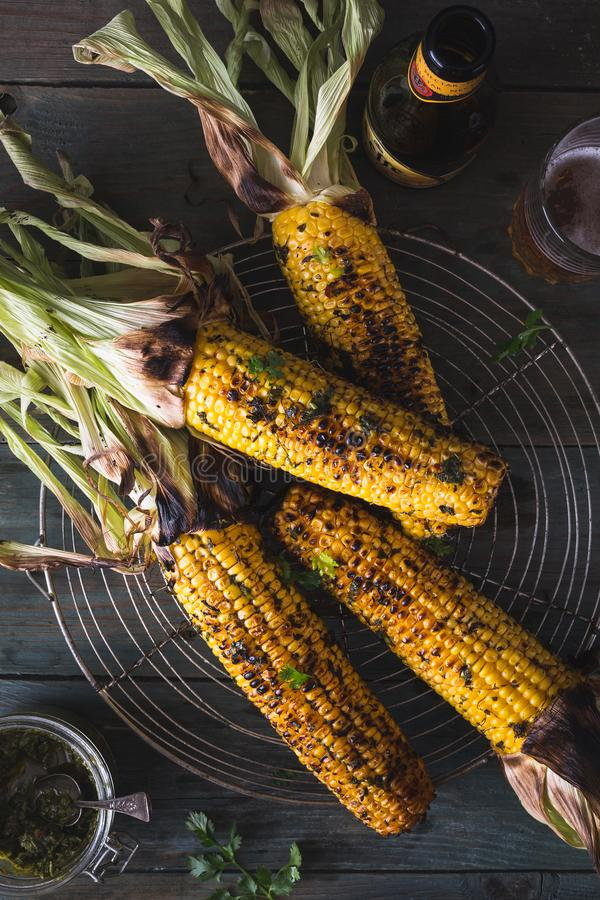 Espiga de milho grelhada com molho do chimichurri imagens de stock