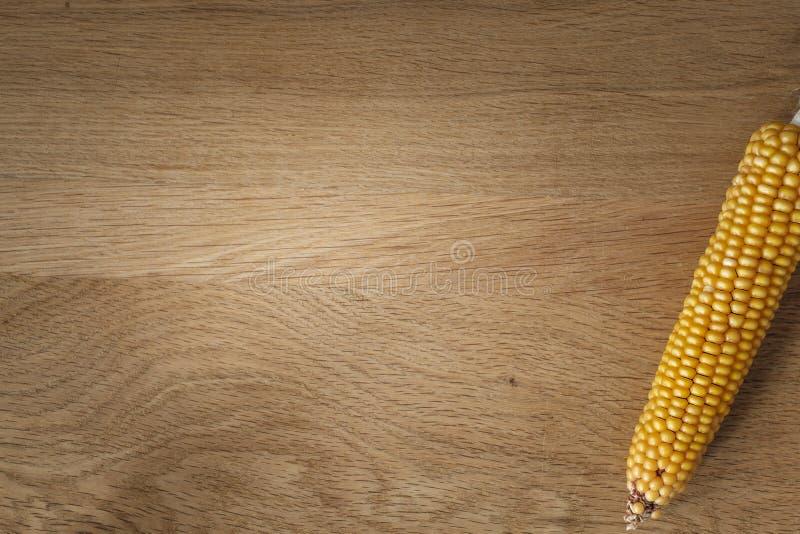 Espiga de milho na tabela de madeira rústica fotografia de stock royalty free