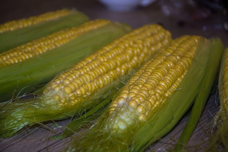 Espiga de milho no amarelo saboroso maduro do alimento saudável saboroso da tabela da tabela fotografia de stock