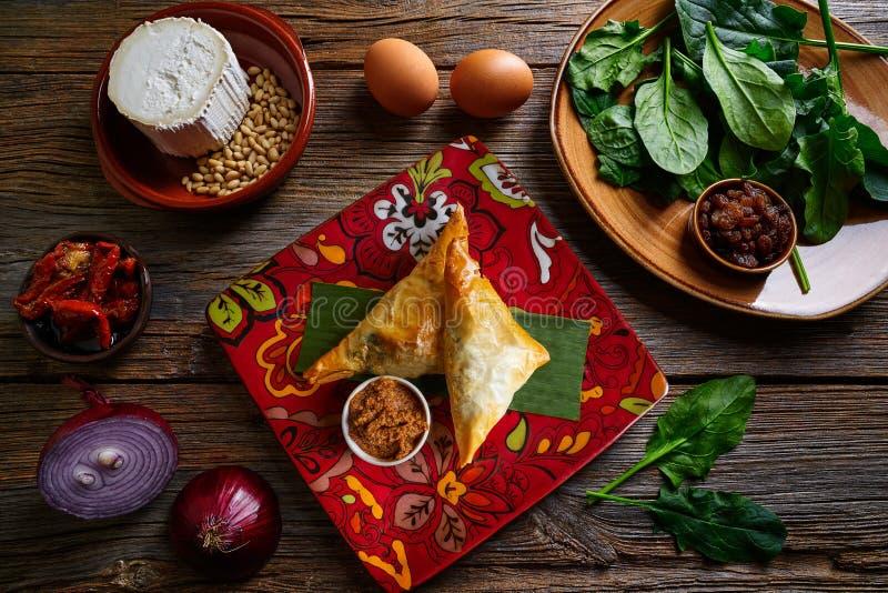 Espinaca y queso marroquíes Briouat fotos de archivo