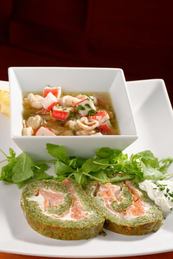 Espinafres e Basil Smoked Salmon Roll imagem de stock