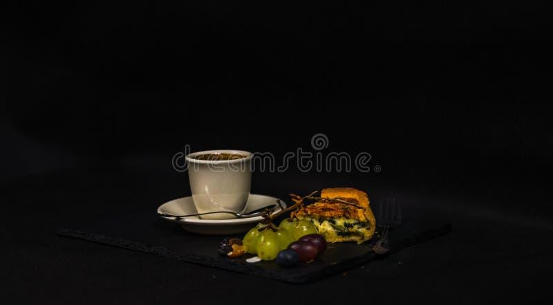 Espinafres saborosos e quiche da ricota, café preto aromático em um copo fotografia de stock royalty free