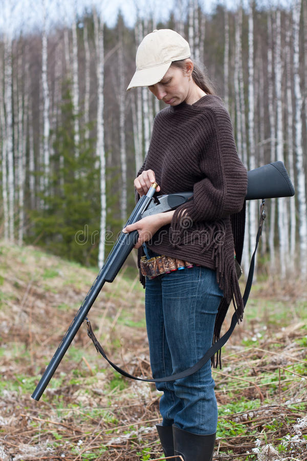 Espingarda da carga do caçador da mulher na caça fotografia de stock
