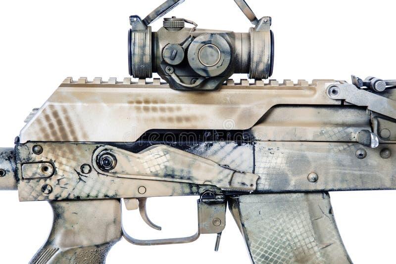 Espingarda de assalto do Kalashnikov no fundo branco imagem de stock