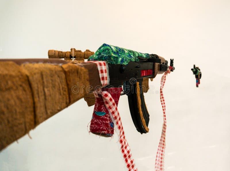 Espingarda de assalto falsificada do Kalashnikov de AK que pendura no fundo branco imagens de stock royalty free